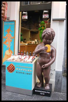 patung pipis makan waffle